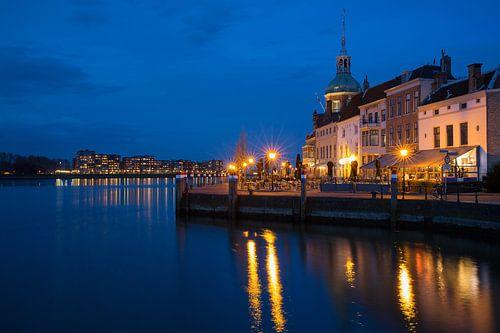 Dordrecht bij avond uitzicht op Groothoofd en skyline Papendrecht van