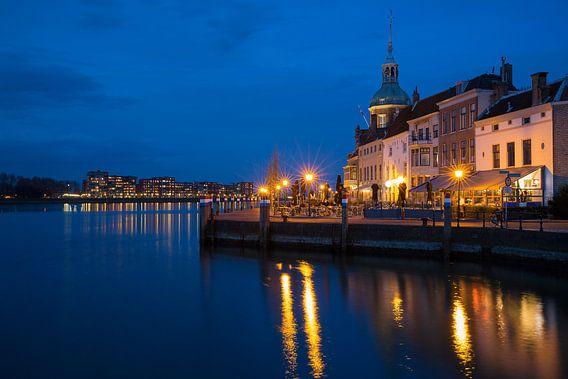Dordrecht bij avond uitzicht op Groothoofd en skyline Papendrecht van Peter Verheijen