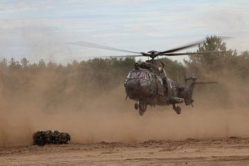 Cougar helikopter zet landing in om militairen op te halen van Mariska Bruin