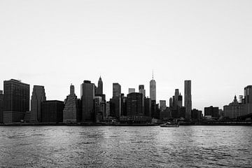 Skyline von Lower Manhattan in Schwarz-Weiß von Ben Hoedt