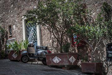 sicilie isabella taormina scooter in dorp fotoposter of  wanddecoratie van Edwin Hunter