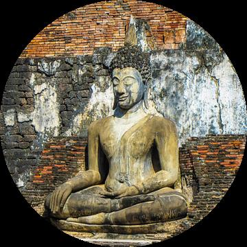 Boeddha zittend voor de tempel,  Ayutthaya, Thailand van Rietje Bulthuis