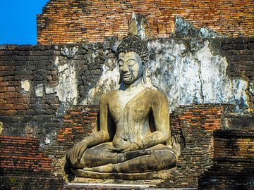 Buddha sitzt vor dem Tempel, Ayutthaya, Thailand von Rietje Bulthuis