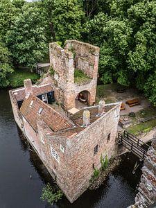 Kleurenfoto van een deel van de ruïnes van Brederode in Velzen Zuid