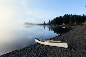 Kanu am Ufer des Sees von Nathan Marcusse