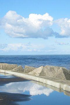 Reflectie van wolken bij Scheveningen van Anouk Davidse