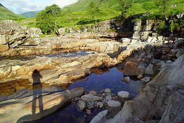 kleiner Wasserfall im Glen Etive in Schottland von Babetts Bildergalerie