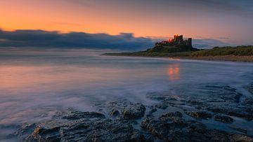Bamburgh Castle at sunrise, England van Henk Meijer Photography