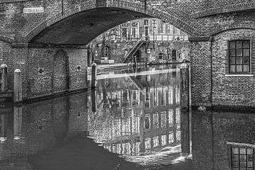 De Utrechtse bezembrug in zwart wit gespiegeld sur Harrie Muis
