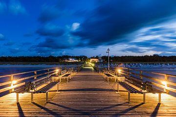 Pont de mer dans la station balnéaire de Prerow en soirée sur Werner Dieterich