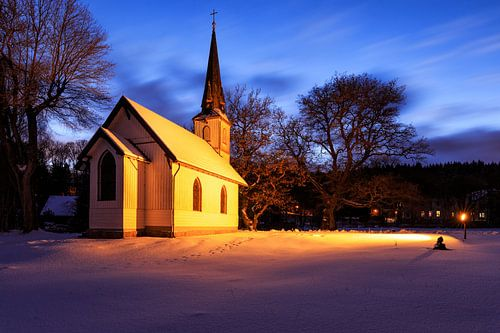 Holzkirche bei Nacht