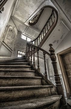 Houten trap in een verlaten landhuis sur Olivier Van Cauwelaert