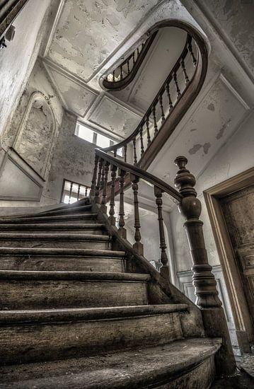 Houten trap in een verlaten landhuis van Olivier Van Cauwelaert