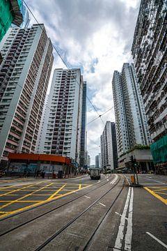 Hoogbouw bij de tramsporen in Hong Kong van Mickéle Godderis