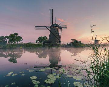 Reflectie van een molen van Kinderdijk van Nick de Jonge - Skeyes