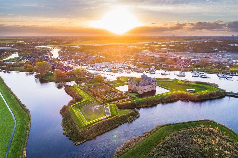 Muiderslot tijdens Zonsondergang (luchtfoto) van Frenk Volt