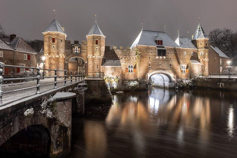 De Koppelpport van Amersfoort in de sneeuw van Marcel van den Bos
