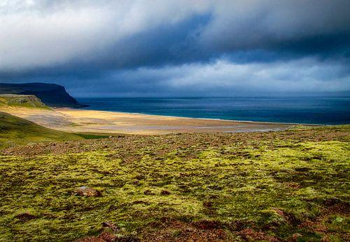 Dreigende lucht voor de kust van IJsland