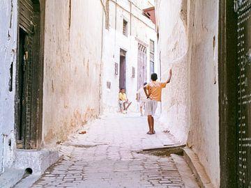Spelende kinderen op de straten van Fez | Marokko | van Stories by Pien
