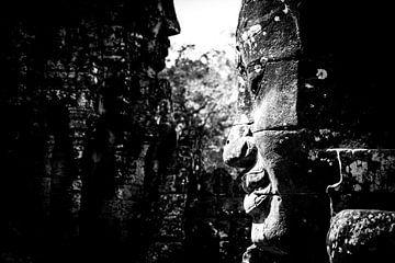 Schwarz-Weiß-Porträt eines Gesichts im Tempel Angkor Wat in Kambodscha von Björn Jeurgens
