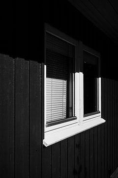 Detail eines dänischen Ferienhaus mit halbverschattetem Fenster von