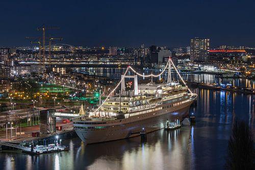 De ss Rotterdam met op de achtergrond De Kuip in Rotterdam