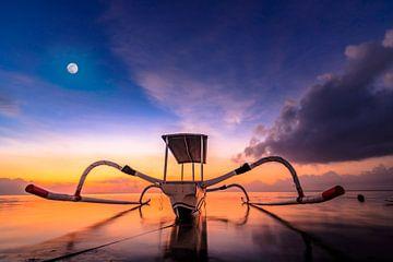 Prachtige klassieke Aziatische vissersboot op het strand van Bali in Sanur. De Jukung ligt bij zonso van Jan Wehnert
