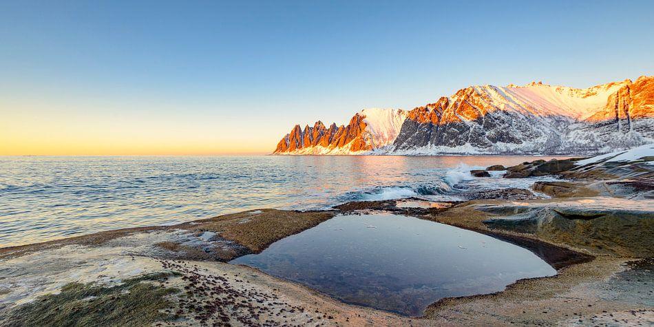 Zonsondergang over de Okshornan bergketen op het eiland Senja in Noord-Noorwegen van Sjoerd van der Wal