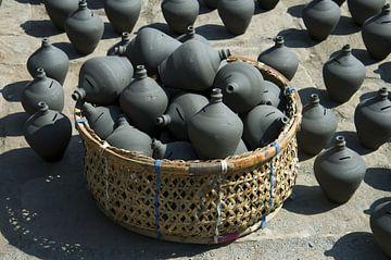 Panier et céramiqueBhaktapur, Népal : Place de la poterie. Panier avec des céramiques népalaises tra sur Michael Semenov