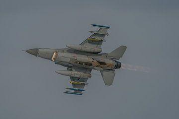 Oefenen. Een Nederlandse F-16 (J-513) is net opgestegen van vliegbasis Leeuwarden en maakt hierbij g van Jaap van den Berg
