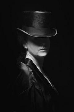Woman with top hat van Mark Isarin | Fotografie