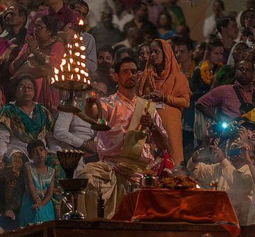 India: Aarti ceremonie (Varanasi) van Maarten Verhees