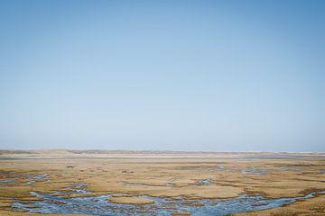 Reiner blauer Himmel über dem Slufter Tal auf Texel | Niederländische Landschaften im Wattenmeer von Evelien Lodewijks