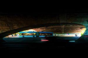 Bus verkeer door een viaduct in Arnhem van Bart Ros