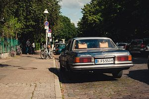Oude Mercedes in Berlijn van Antoine Katgert