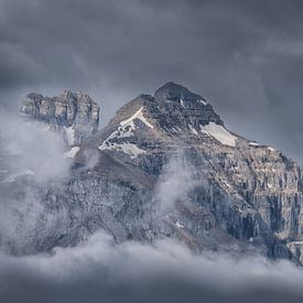 Une montagne dans les nuages sur Edwin Mooijaart