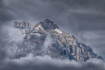 Berg in den Wolken von Edwin Mooijaart
