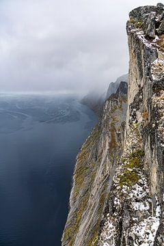 Die steile Felswand von Segla aus mehr als 600 Metern Tiefe von Jasper den Boer