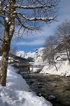Paysage d'hiver avec une église et les Alpes enneigées avec un ruisseau sur iPics Photography