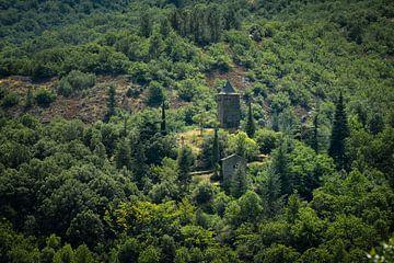 Kirchturm in den Französische Cevennen von Pascal Raymond Dorland