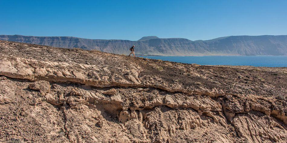Wandelen op het eiland La Graciosa, Canarische Eilanden. van Harrie Muis