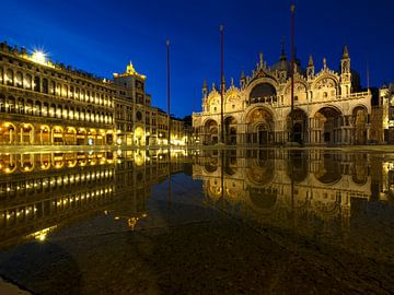 Nachts am Markusplatz in Venedig