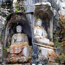 Oude heilige Boeddha's in rotswand (Unesco), China van Inge Hogenbijl