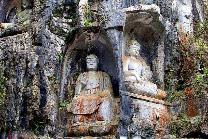 Zittende Boeddha's in rots van Inge Hogenbijl