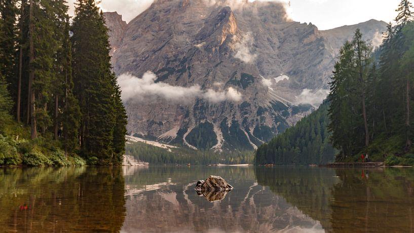 Lago di Braies dans les Dolomites. sur Menno Schaefer