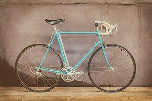 De vintage lichtblauwe racefiets