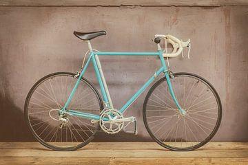 De vintage lichtblauwe racefiets van