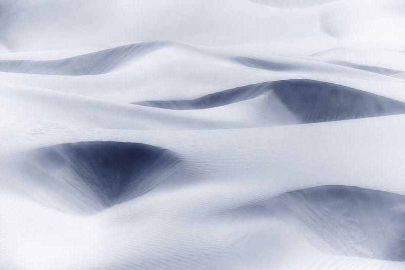Zandduinen abstract in zacht donkerblauw, grijs. van Rosa Frei