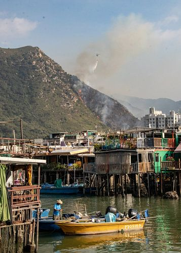 Bosbrand nabij vissersdorp