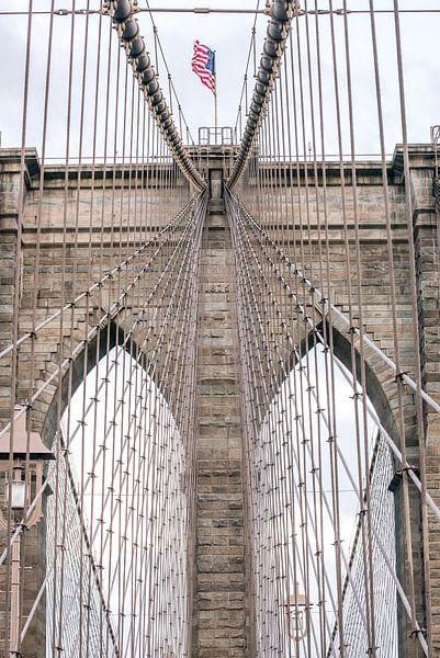 Brooklyn Bridge New York met Amerikaanse vlag van Wijnand Loven